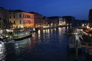 Noční plavba v Benátkách